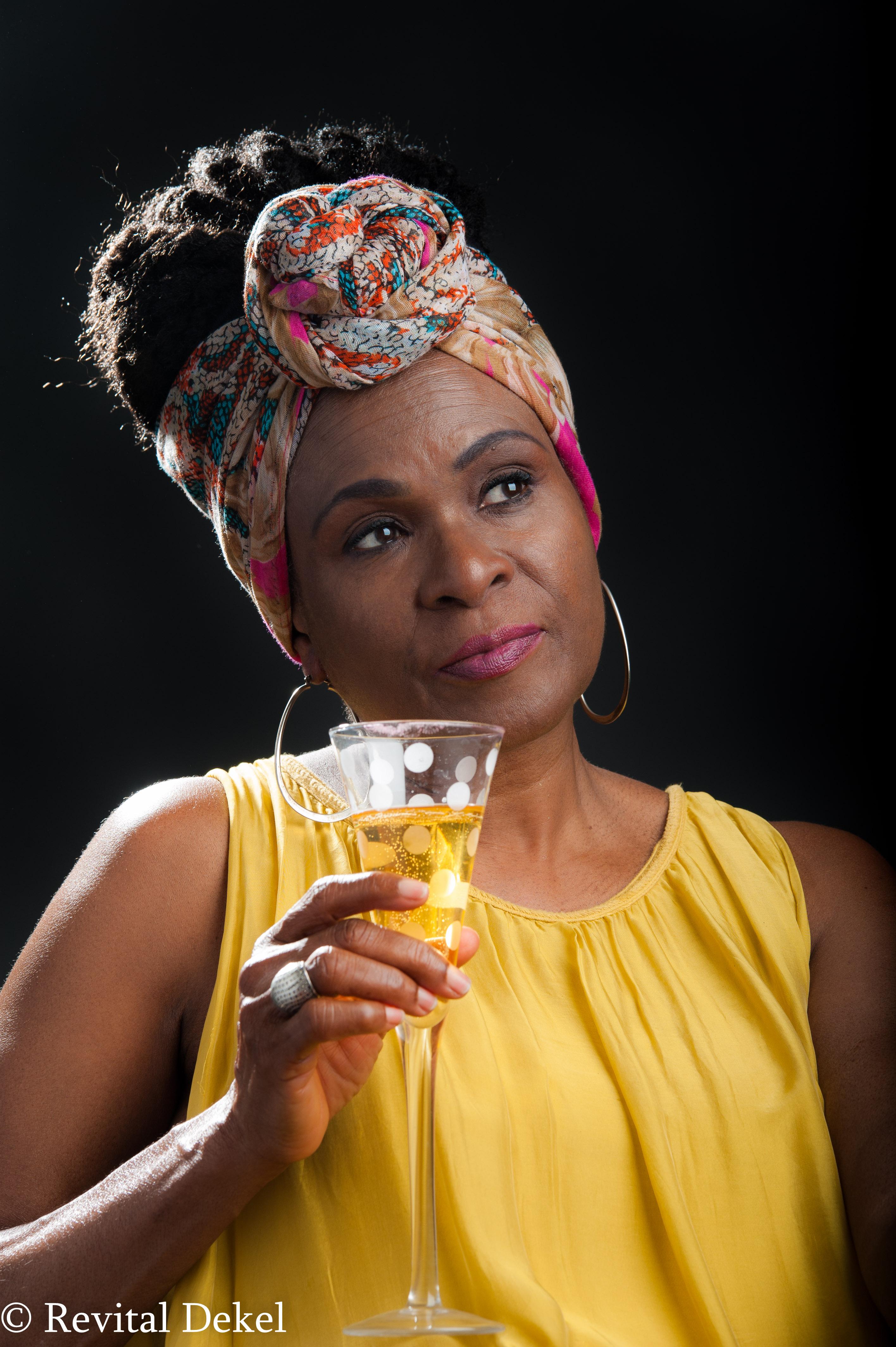 אישה עם כוס שמפניה